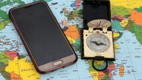 Traveller& x27; accesorios de s en el fondo del mapa del mundo, visión superior Foto de archivo libre de regalías