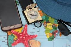 Traveller& x27; accesorios de s en el fondo del mapa del mundo, visión superior Fotografía de archivo