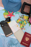 Traveller& x27; accesorios de s en el fondo del mapa del mundo, visión superior Concepto del planeamiento del viaje Fotos de archivo