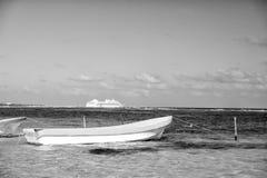 travelling boot en schip in Costa Maya, Mexico royalty-vrije stock fotografie