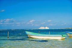 travelling boot en schip in Costa Maya, Mexico royalty-vrije stock foto