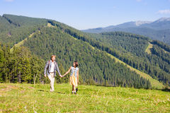 Travelling couple walking together Royalty Free Stock Photos