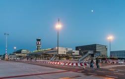 Travelors marchant au bâtiment principal de l'aéroport de Rotterdam la Haye Photo libre de droits
