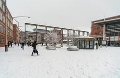 Travelors que entra e que sae das estações de trem, durante um dia nevado Imagem de Stock