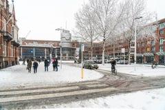 Travelors que entra e que sae das estações de trem, durante um dia nevado Foto de Stock Royalty Free