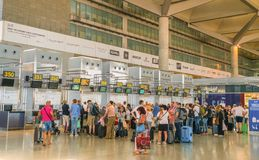 Travelors signant aux compteurs de l'aéroport de Malaga Photographie stock libre de droits