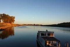 Traversée de la rivière images stock