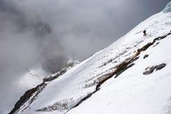 traversée de pente de montagne de l'Himalaya de grimpeur Image libre de droits