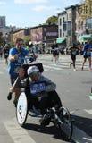 Travers 26 för deltagare för uppdelning för New York City maratonrullstol 2 mil till och med alla fem NYC-städerna Royaltyfria Bilder