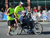 Travers 26 för deltagare för uppdelning för New York City maratonrullstol 2 mil till och med alla fem NYC-städerna Royaltyfri Fotografi