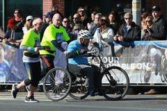Travers 26 för deltagare för uppdelning för New York City maratonrullstol 2 mil till och med alla fem NYC-städerna Fotografering för Bildbyråer