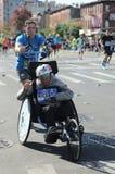 Travers 26 för deltagare för uppdelning för New York City maratonrullstol 2 mil till och med alla fem NYC-städerna Arkivbilder
