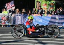 Travers 26 för deltagare för uppdelning för New York City maratonrullstol 2 mil till och med alla fem NYC-städerna Arkivfoton