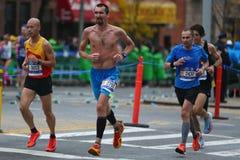 Travers 26 för New York City maratonlöpare 2 mil till och med alla fem NYC-städerna Royaltyfri Fotografi