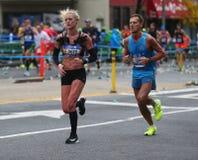 Travers 26 för New York City maratonlöpare 2 mil till och med alla fem NYC-städerna Fotografering för Bildbyråer