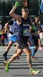 Travers 26 för New York City maratonlöpare 2 mil till och med alla fem NYC-städerna Royaltyfri Foto