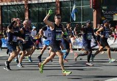 Travers 26 för New York City maratonlöpare 2 mil till och med alla fem NYC-städerna Arkivfoto