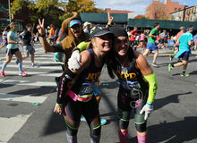 Travers 26 för New York City maratonlöpare 2 mil till och med alla fem NYC-städerna Arkivbild
