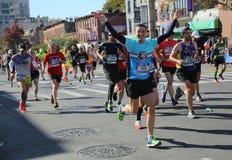 Travers 26 för New York City maratonlöpare 2 mil till och med alla fem NYC-städerna Royaltyfria Bilder