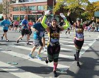 Travers 26 för New York City maratonlöpare 2 mil till och med alla fem NYC-städerna Royaltyfri Bild