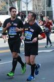Travers 26 för New York City maratonlöpare 2 mil till och med alla fem NYC-städerna till mållinjen i Central Park, Manhattan Royaltyfri Foto