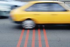 Traversa dell'automobile l'arrivo Immagini Stock Libere da Diritti
