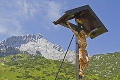 Traversa di legno con la sommità di Alpspitz Fotografia Stock Libera da Diritti