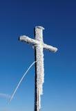 Traversa di legno sotto neve Immagini Stock Libere da Diritti
