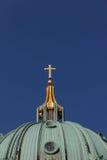 Traversa dorata della cattedrale di Berlino Immagine Stock