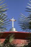 Traversa nera sullo steeple della chiesa Immagini Stock Libere da Diritti