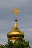 Traversa ortodossa su una cupola dell'oro fotografie stock