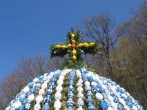 traversa su un uovo di Pasqua immagine stock libera da diritti