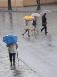 Traversata della strada un giorno piovoso Fotografia Stock