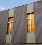 Traverse sulla chiesa del centro urbano Fotografia Stock
