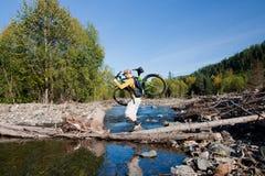 Traverser la rivière Image libre de droits