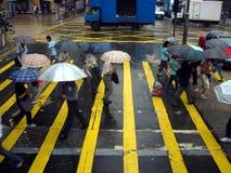 Traverser la route sous la pluie Image stock