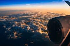Traversi e una turbina dell'aereo sui precedenti contro il cielo nuvoloso all'alba Fotografia Stock