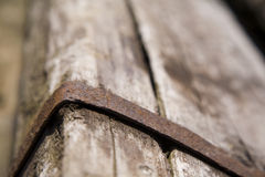 Traversina di legno con la fascia del ferro Fotografie Stock Libere da Diritti