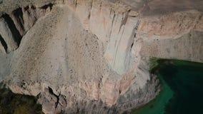 Travertineklippor bredvid lakebed grunt Stenpilliars och gradiation lager videofilmer
