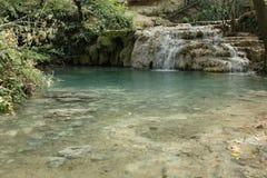 Travertines och pöl av våren som bildar Krushuna vattenfall fotografering för bildbyråer