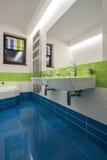 Travertinhaus - Badezimmer stockbild