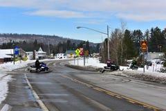 Travesía de camino de la moto de nieve Imagenes de archivo