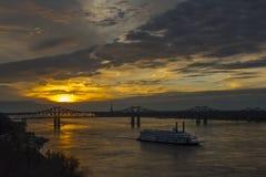 Travesía de la barca de Mississippi en la puesta del sol Imagen de archivo libre de regalías