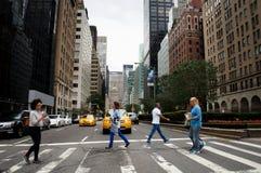 Travesía de la calle de New York City en la avenida del parque Foto de archivo libre de regalías