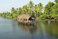 Travesía de la casa flotante en los remansos Foto de archivo libre de regalías