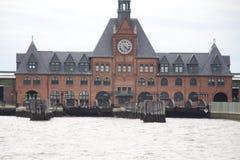 Travesía de la estatua - transbordador de la isla de Nueva York - de Ellis Fotos de archivo libres de regalías
