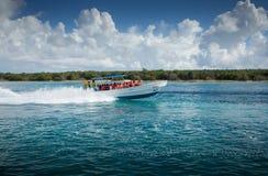 Travesía de la lancha de carreras de Arcoiris II a la isla de Saona en Punta Cana fotos de archivo libres de regalías