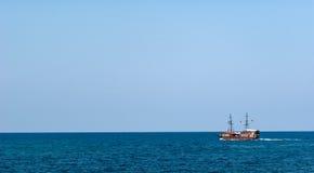Travesía de la nave de pirata en el mar Fotos de archivo