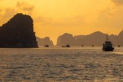 Travesía de la nave en la bahía larga en la puesta del sol, Vietnam de la ha foto de archivo libre de regalías