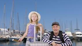 Travesía de la salida del padre que espera junto del adolescente joven de la hija en puerto del yate metrajes
